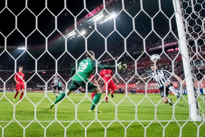 Heracles Almelo-speler Robin Pröpper schiet op het doel van FC Twente, maar mist. De burenruzie eindigde toen in 2-1 voor de thuisploeg.