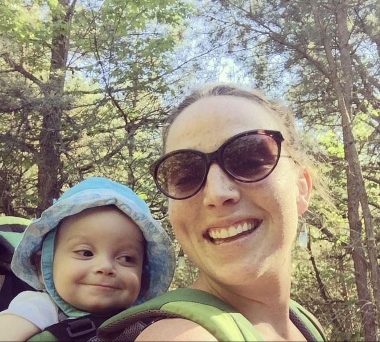 Madelyn Linsenmeir met haar zoontje Ayden, met wie ze elke dag ging wandelen, weer of geen weer.