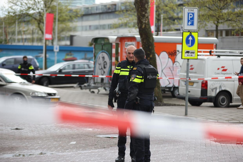 Agenten op de Meeuwenlaan in Noord, waar is geschoten bij een overval op een waardetransport. Beeld ANP