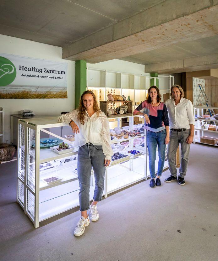 Jos Janssen en Silvie van Hoek zijn blij dat Donna van den Bosch (l) het pand in Sint-Oedenrode voor hen vond.