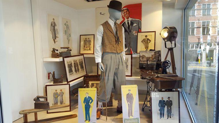 Herenkledingzaak De Gouden Schaar heeft de leegstaande etalages van schoenenwinkel Carlo ingepalmd om er een tijdelijke tentoonstelling te plaatsen over mannenmode in de vorige eeuw.