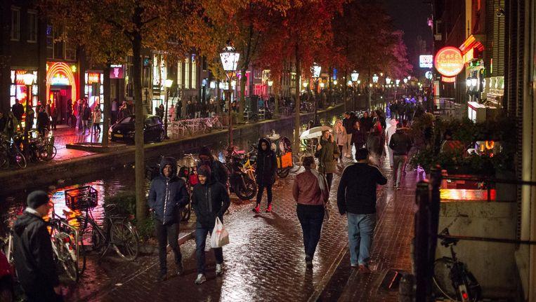 Vreedzame drukte op De Wallen, vrijdagavond. Twee maanden geleden sloeg op de Oudezijds Achterburgwal de vlam in de pan Beeld Mats van Soolingen