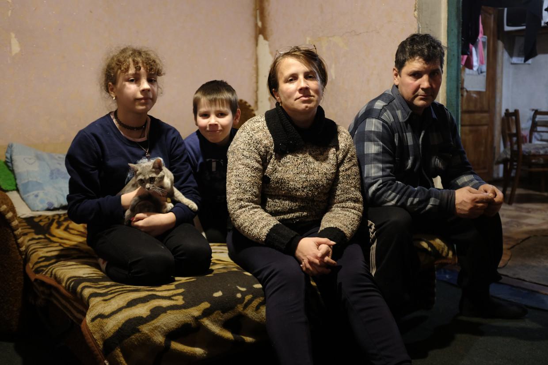 Het gezin Loekjanov: dochter Lilia (12, met kat) en zoon Igor (7) moeder Tanja  en vader Leonid.