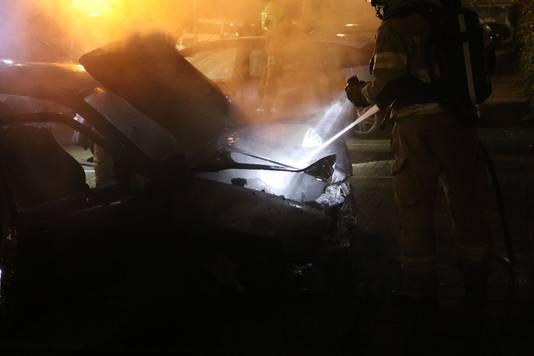 In Arnhem is in de nacht van zaterdag  op zondag opnieuw een geparkeerde voertuig uitgebrand. Ditmaal ging het om een auto aan de Van Speykstraat in Arnhem.