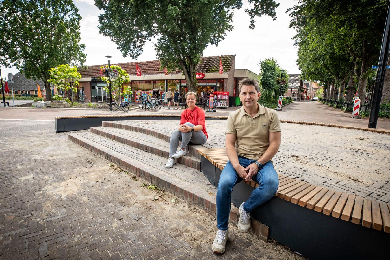 Patrick Ebbers en Marjon ten Brinke op het podium op De Brink in Eibergen, met op de achtergrond nieuwe plantenbakken en hanging baskets.