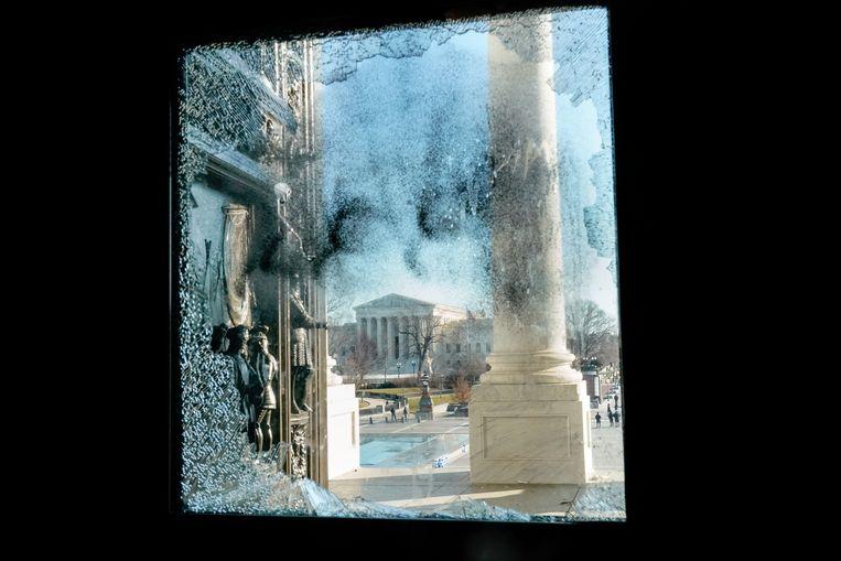 Het hooggerechtshof van de VS, gezien door een ingeslagen ruit de dag na de bestorming van het Capitool.  Beeld REUTERS