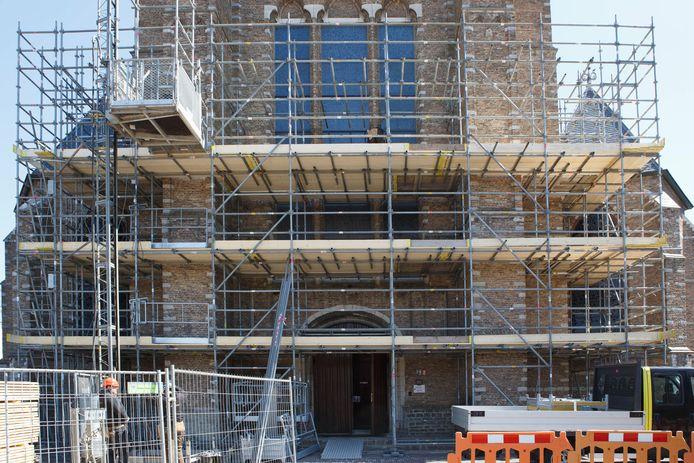 Wouw- 2021-04-026 - Foto: Pix4profs/Iman Fase - De kerk van Wouw wordt verbouwd, steigerbouwers zijn vollop bezig.