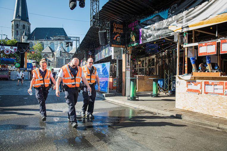 De Gentse politie mag niet patrouilleren in korte broek én moeten een kogelwerend vest dragen. Zweten dus, bij deze temperaturen.