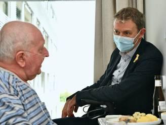 """Frank Deboosere steekt kankerpatiënten AZ Delta een hart onder de riem: """"We laten jullie niet los"""""""