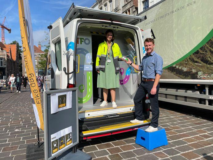 Schepen Bram Van Braeckevelt (Groen) kocht alvast wat huisvuilzakken in het nieuwe Ivago-busje.