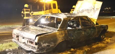 Oude Mercedes begint spontaan te branden eindigt volledig verwoest