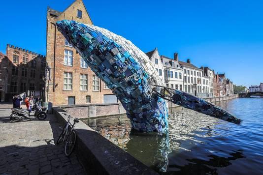 De enorme walvis van vijf ton bij het Jan Van Eyckplein is dé blikvanger van de Triënnale .