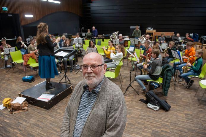 Scheidend voorzitter Joop Bisselink van Harmonie Kaatsheuvel bij een repetitie van het Midden Orkest in Het Klavier.