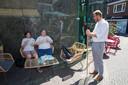 Boumans, met stok van 1.40 meter, in gesprek bij een stelletje dat een ijsje eet bij Friul.