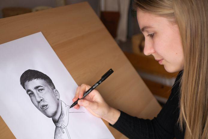 Merlijn van Eijden werkend aan een portret van Snelle voor zijn albumhoes 'Beetje Bij Beetje' uit 2019.