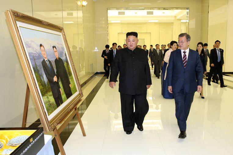 Kim en Moon bekijken een foto van zichzelf. Beeld EPA