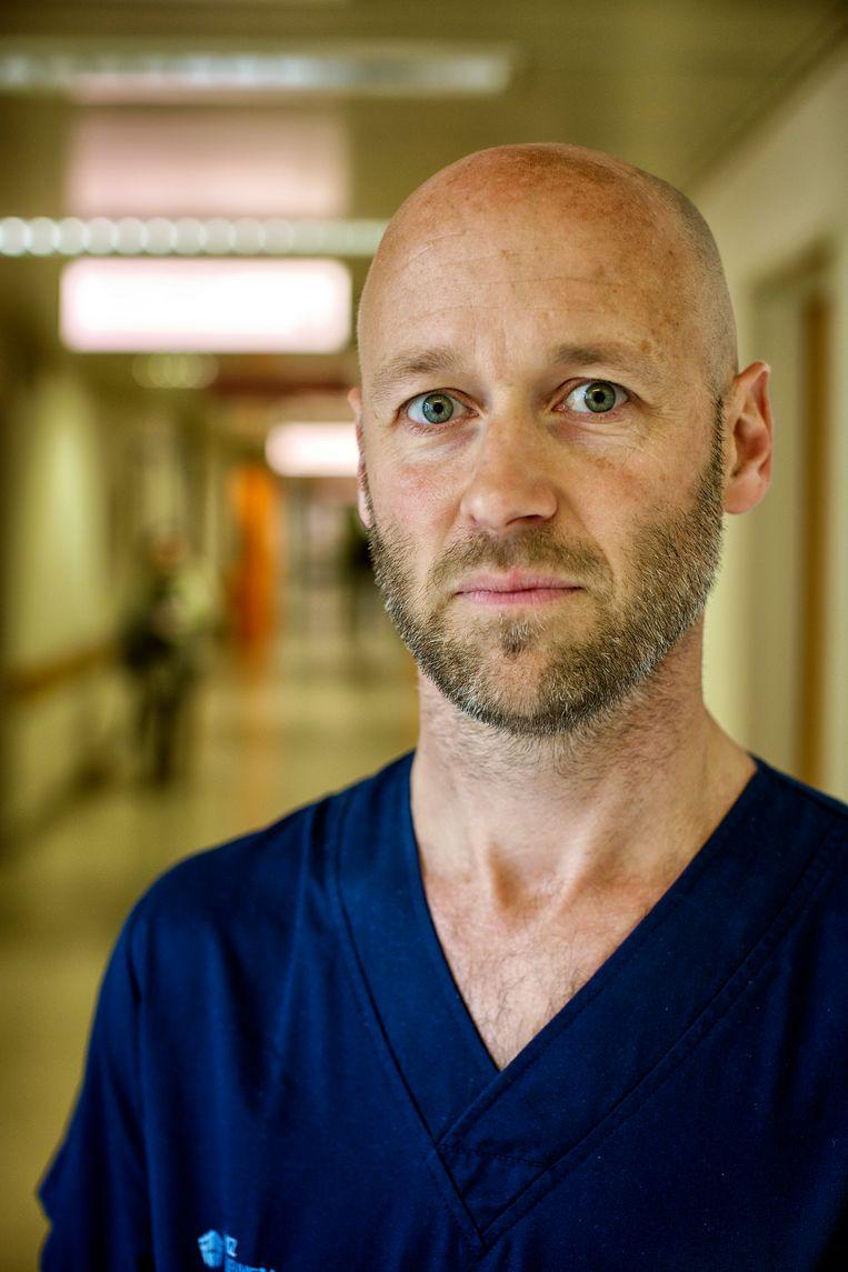 Dr Geert Meyfroidt Intensieve zorgen UZ Leuven: 'Dit virus grijpt wild om zich heen en er is weinig dat we kunnen doen. Het is een oorlog, maar we hebben geen wapens' Beeld Guy Puttemans
