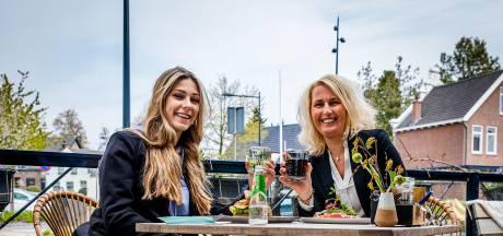 Daniëlle en dochter Inez werken in zorg en horeca én genieten van terrasopening: 'Heerlijk! Heb het gemist'