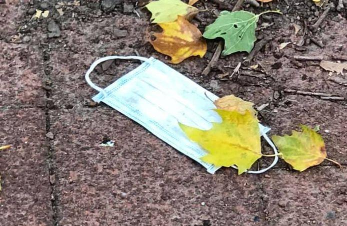 Zwerfkapjes in Tilburg: gedumpte mondkapjes liggen op straat na gebruik