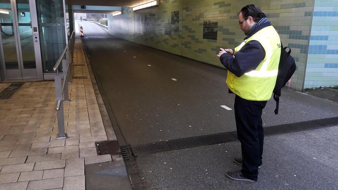 Inspecteur Raimon de Jong inspecteert de fiets- en voetgangerstunnel op lekkages.