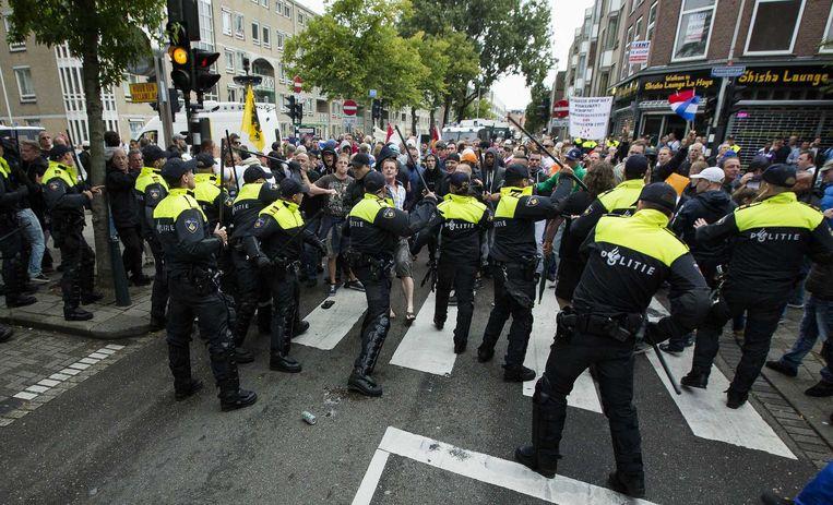 Demonstranten worden tegengehouden door de politie. Beeld null
