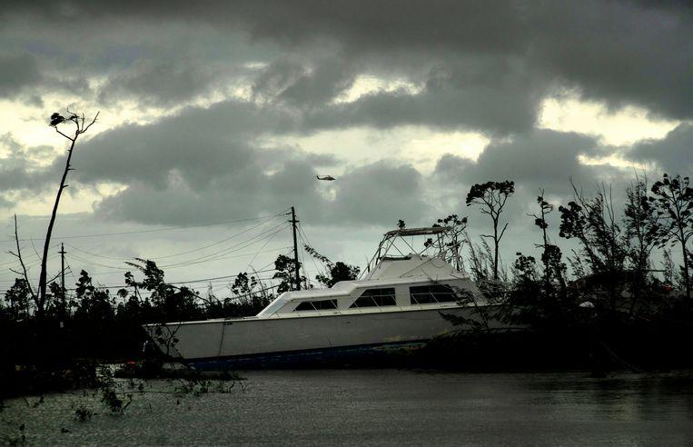 Een boot ligt gestrand in het binnenland. Beeld AP