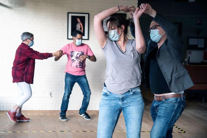 PR dgfoto Gelderlander Nijmegen: dansen met mondkapje in coronatijd bij Dansschool Salsa Tipica Meijhorst