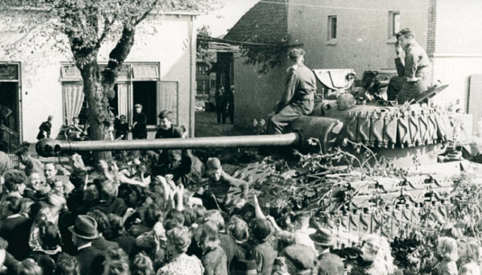 Canadese militairen rijden op 18 april 1945 met tanks over de Putterweg in Ermelo.
