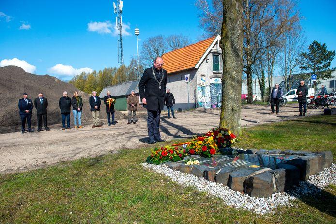 Burgemeester Heerts legt en petit comité een bloemenkrans bij 't Sluisje.