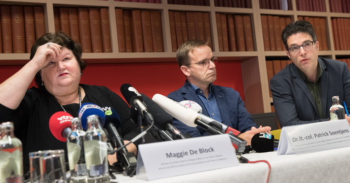 De Belgische minister van Volksgezondheid Maggie De Block geeft een persconferentie over de stad van zaken: één besmettingsgeval is in België gearriveerd.