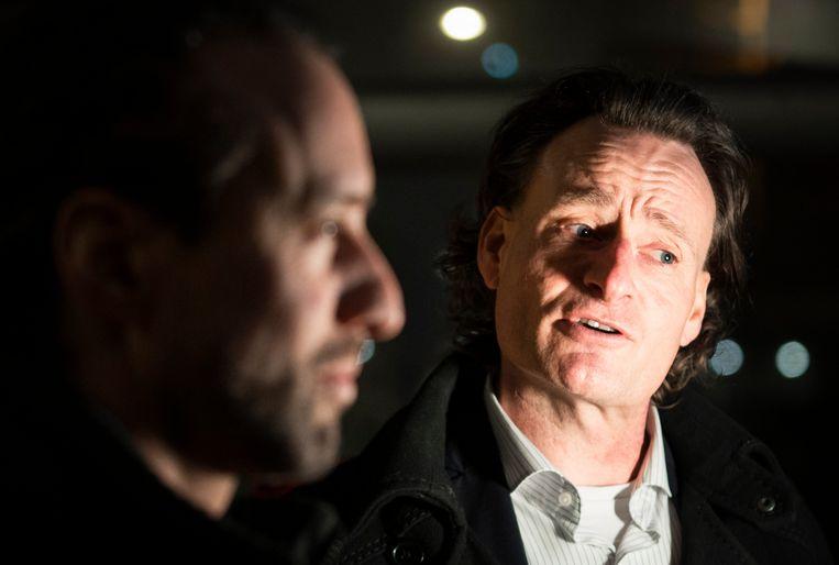 Willem Engel (links) van protestgroep Viruswaarheid en jurist Jeroen Pols dinsdagavond na afloop van de uitspraak van het gerechtshof.   Beeld Freek van den Bergh / de Volkskrant