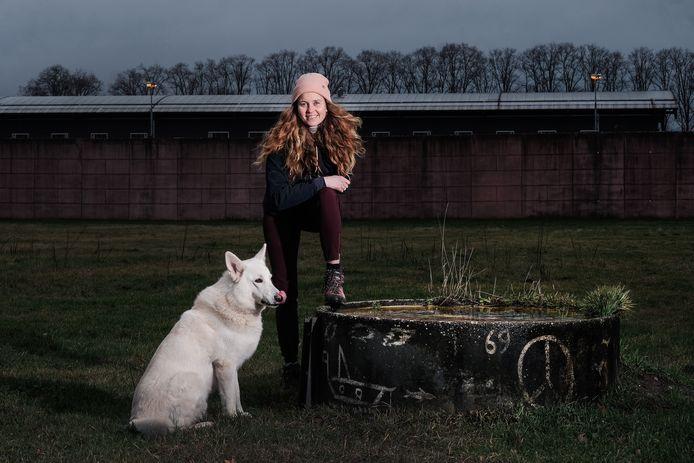Ellen Willems met haar Zwitserse herder Mick.