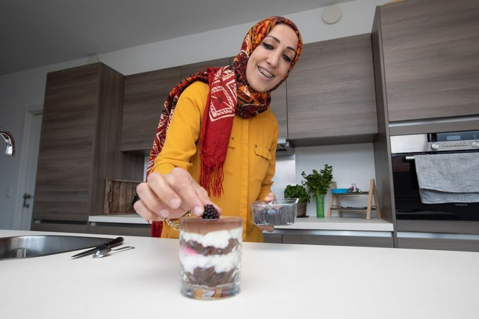 Hatice Baloglu brengt een dessert naar haar buurman Paul Pattyn