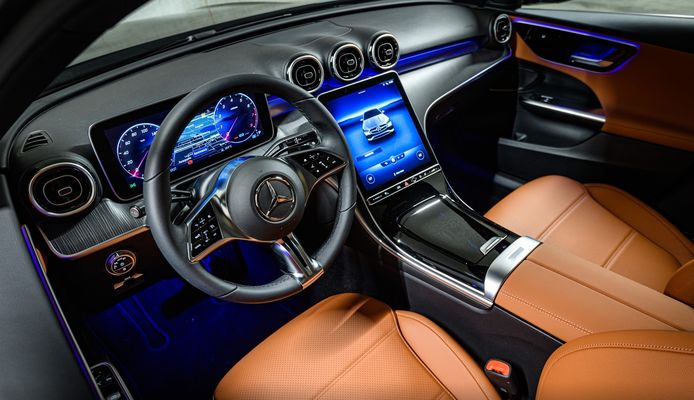 Het glimmende interieur van de Mercedes-Benz C-klasse.