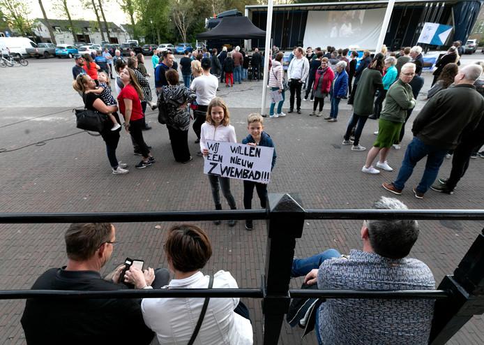 Voorstanders van de bouw van een nieuw zwembad op sportpark Molenbroek konden de raadsvergadering donderdagavond live volgen via een scherm op het Ridderplein.