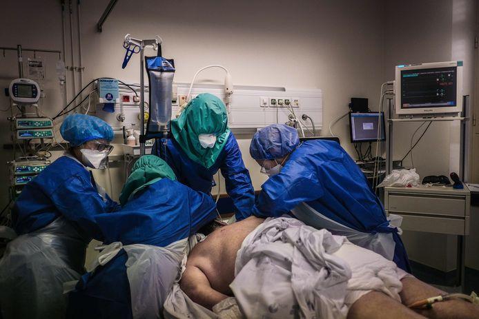 Gezondheidsmedewerkers met een coronapatiënt in het Santa Maria-ziekenhuis. Archiefbeeld van april.