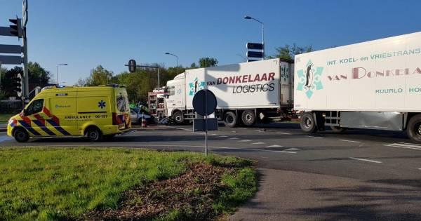 Bestuurder bekneld door frontale aanrijding met vrachtwagen bij Groenlo.