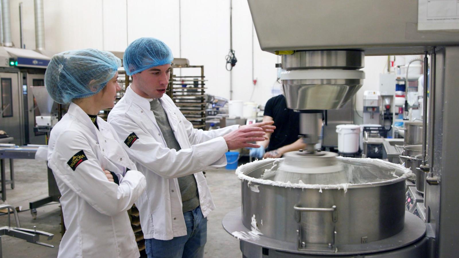 Michaël Labro legt uit hoe de macarons in de fabriek gemaakt worden.