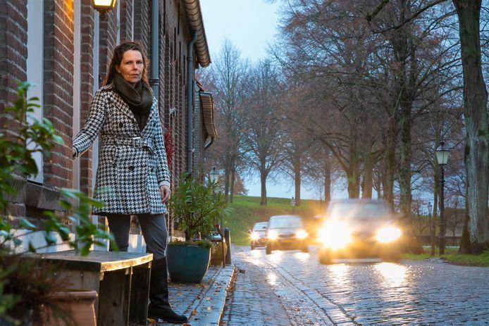 Ellen Verheijden maakt zich zorgen over de hoge snelheid waarmee over de Demer in Heusden gereden wordt. De stoep is er ook nog eens erg smal.