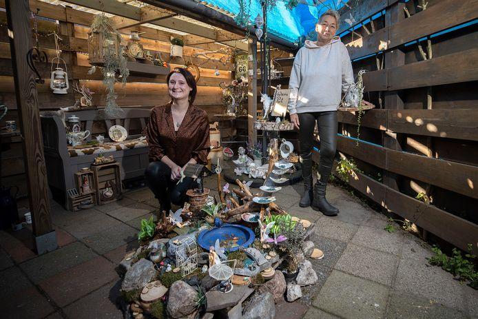 Het elfendorp van Mirelle van Schayk (rechts). Kim Verhagen helpt haar mee.