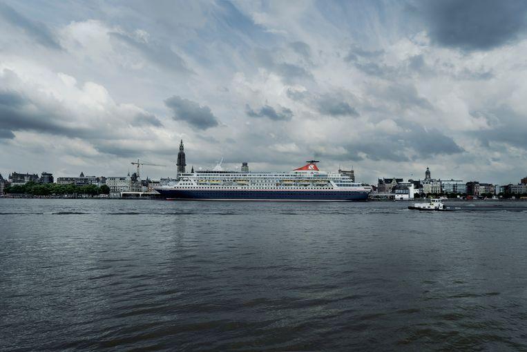 Niet iedereen in Antwerpen ziet schepen als de Balmoral graag komen, onder meer vanwege de luchtvervuiling. De grootste cruiseaanbieder stootte in 2017 bijna tien keer zoveel zwaveloxide uit als alle 260 miljoen wagens in Europa samen.    Beeld Eric de Mildt