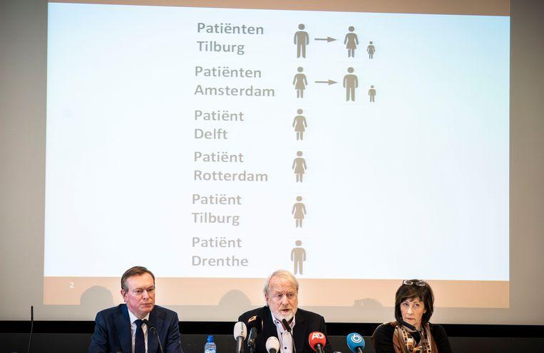 Minister Bruno Bruins (VVD), Jaap van Dissel (directeur van het Centrum Infectieziektebestrijding van RIVM) en Aura Timen (hoofd van het Centrum Landelijke Coördinatie Infectieziektebestrijding bij het RIVM) tijdens de persconferentie. Beeld Freek van den Bergh / de Volkskrant