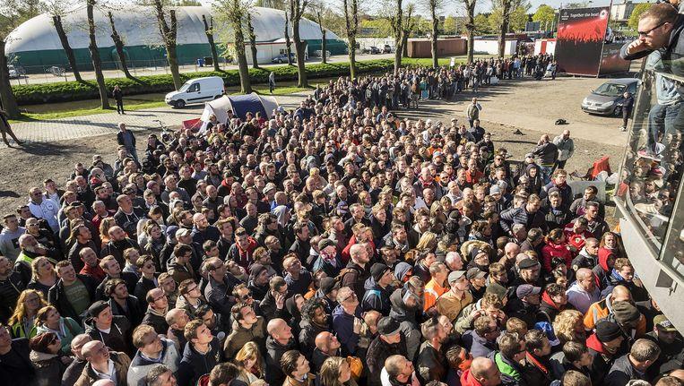 Supporters schuiven en masse aan om alsnog een kaartje te kunnen bemachtigen. Sommigen sloegen zelfs hun tent op. Beeld © Klaas De Scheirder