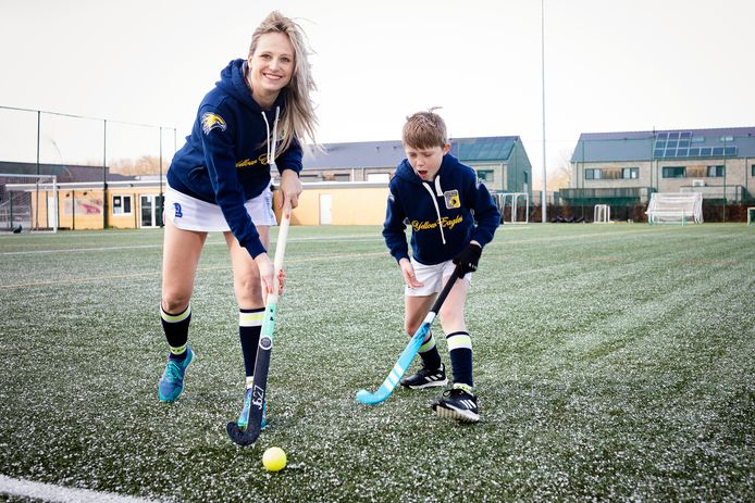 """Céline Malyster en zoon Max spelen allebei veldhockey in de club waar zij wedstrijdcoach is. """"Het is fijn om dezelfde hobby te hebben."""""""