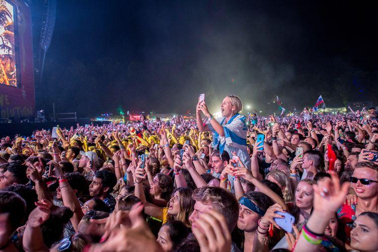 Het publiek geniet van een optreden van de Nederlandse dj Martin Garrix. Beeld EPA