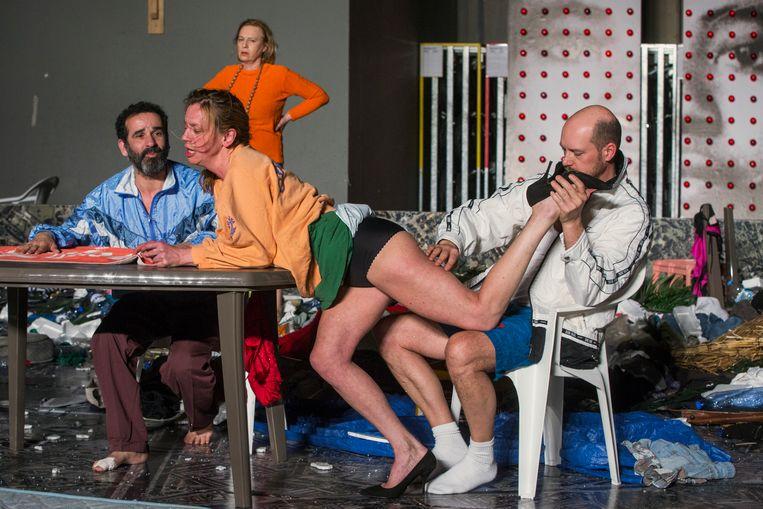De regie van Johan Simons in 'Platform' staat na twaalf jaar nog steeds als een huis. Beeld RV Phile Deprez