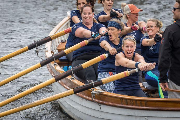Team Swolla van de Dames Hetebrij uit Zwolle gaan de strijd aan bij het sloeproeien.