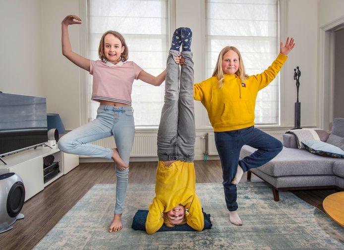 Yoga voor kinderen. Van link naar rechts: Felicia, Samuel en Bobbie.