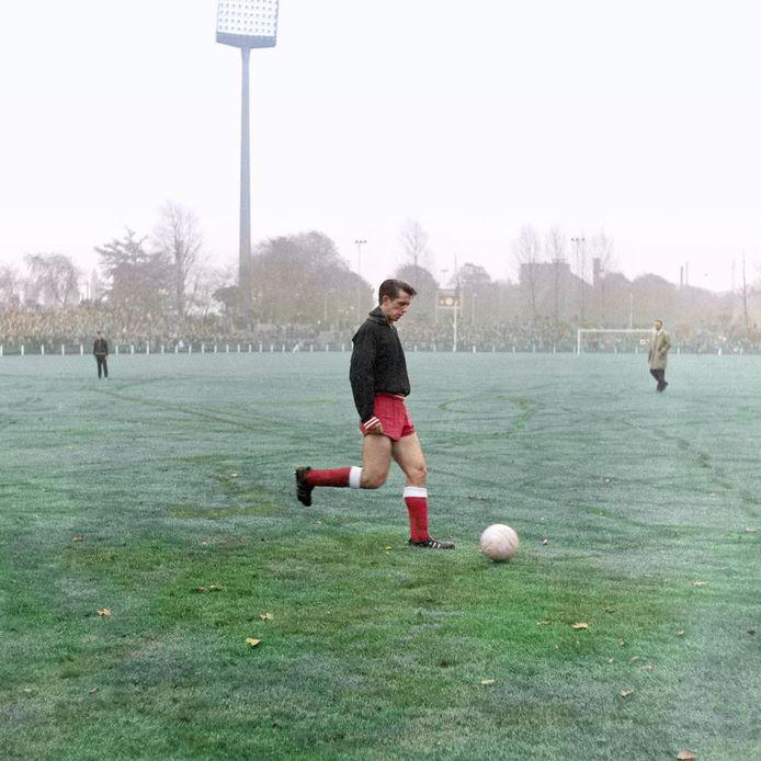 Mister PSV Willy van der Kuijlen bereidt zich in seizoen 1964-1965 voor in het Philips Stadion, waar de lichtmasten toen nog 'vliegenmeppers' waren.