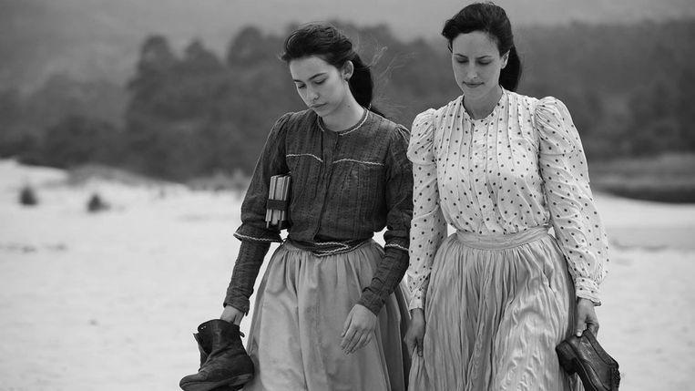 Twee vrouwen verzinnen een list om te kunnen trouwen in Elisa y Marcela. Beeld